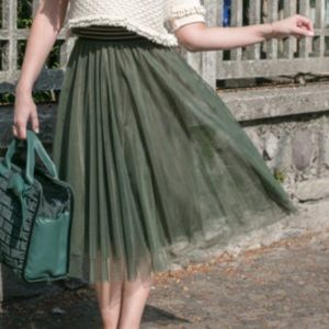 Green pleated high waisted fluffy tulle midi skirt
